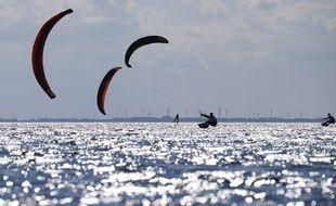 Illustration de kitesurfeurs.