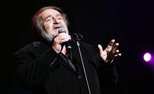 Richard Anthony chante ses tubes dans le cadre de la tournée Âge tendre et tête de bois en 2008.