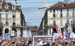 Le pape François salue la foule après avoir conduit la messe à Turin,le 21 juin 2015
