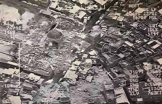 Vue aérienne de Mossoul fournie par l'armée irakienne, montrant la mosquée détruite par Daesh, le 21 juin 2017.