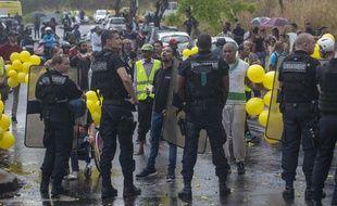 Des heurts ont éclaté entre manifestants et forces de l'ordre près de l'aéroport de Saint-Denis, à la Réunion, en marge de la visite d'Emmanuel Macron, le 23 octobre 2019.