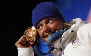 La Française Marie Dorin avec sa médaille de bronze du sprint en biathlon, le 13 février 2010 à Whistler.