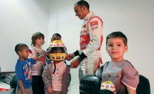 Lewis Hamilton et quelques jeunes fans, époque McLaren.
