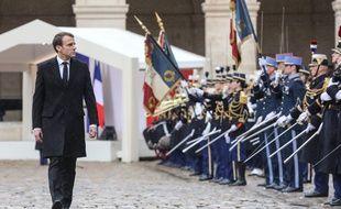 Emmanuel Macron passe en revue les troupes de la Garde républicaine lors de l'hommage national au colonel Arnaud Beltrame, le 28 mars 2018.