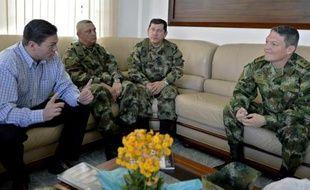 Photo publiée par le ministère de la Défense colombien montrant le ministre Juan Carlos Pinzon (g), le commandant des forces armées Juan Pablo Rodriguez (2e à d), le général d'armée Jaime Alfonso Lasprilla (2e à d) et le général de brigade Ruben Alzate (d), à Medellin, le 30 novembre 2014