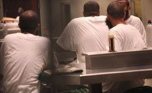 """""""Cette prison est leur tombe"""": une grève de la faim """"sans précédent"""", selon les avocats, touche un nombre croissant de détenus de Guantanamo qui protestent contre leur incarcération illimitée alors que s'éloigne la perspective de fermeture du centre de détention."""