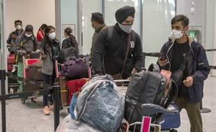 Les passagers en provenance de New Delhi attendent dans de longues files pour les tests COVID19 à l'aéroport de Toronto le vendredi 23 avril 2021. Les vols de l'Inde et du Pakistan vers le Canada ont été suspendus pendant 30 jours.