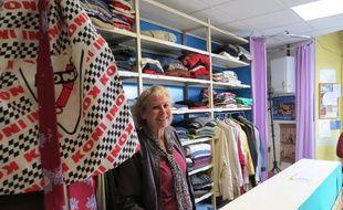 Monique, l'une des bénévoles de la Roulotte solidaire, un vestiaire gratuit pour les plus démunis.