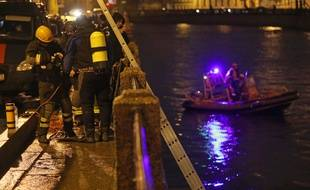 Des pompiers et policiers effectuent des recherches dans la rivière Moïka où a été retrouvé Oleg Sokolov, samedi 9 novembre.