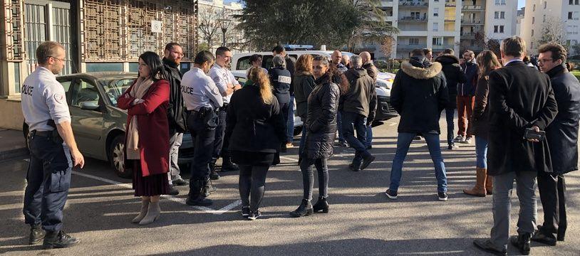 Pendant 15 minutes, plusieurs commissariats lyonnais, comme ici celui du 8e arrondissement, ont effectué un rassemblement silencieux ce mardi midi.