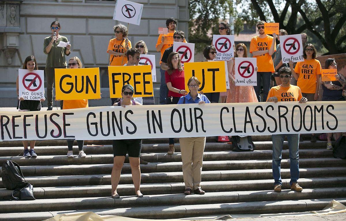 Des étudiants de l'université du Texas, à Austin, opposés à la légalisation du port d'arme en classe. – R.BARRERA/AP/SIPA