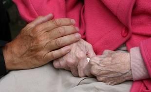 Mains d'une personne âgée. Illustration.