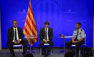 Le responsable de l'Intérieur du gouvernement régional de Catalogne, Joaquim Forn, le président de la Catalogne Carles Puigdemont  et le chef de la police de Catalogne, Josep Lluis Trapero, lors d'une conférence de presse, le 20 août 2017.