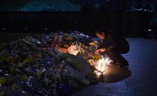Un homme allume le 2 janvier 2015 à Shanghai une bougie à l'endroit où un mouvement de foule a provoqué la mort de 36 personnes venues fêter la nouvelle année
