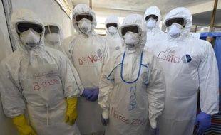 Du personnel de santé au centre de l'Organisation mondiale de la Santé à Monrovia au Libéria, le 3 octobre 2014