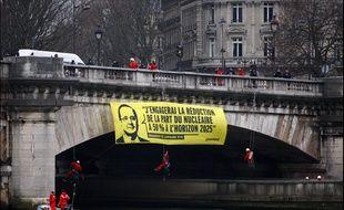 Des militants de Greenpeaceont déployé des banderoles flottante de devant l'Assembleenationale ce lundi matin