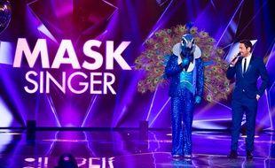 Camille Combal au côté d'une personnalité candidate de «Mask Singer»...
