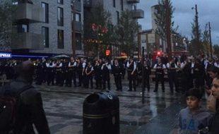 Plus de 100 policiers ont du fermer une rue entière de la banlieue de Londres après une série échauffourées impliquant près de 200 jeunes adolescents