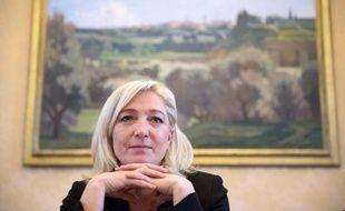 """Marine Le Pen, présidente du Front national, a souhaité, dans des voeux mis en ligne lundi, que 2013 soit l'année du """"retour de la France"""" au centre des préoccupations politiques, renvoyant dos à dos l'UMP et le PS."""