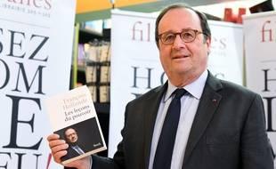 François Hollande et son nouveau livre «Les Leçons du pouvoir», à Bruxelles, le 3 mai 2018.