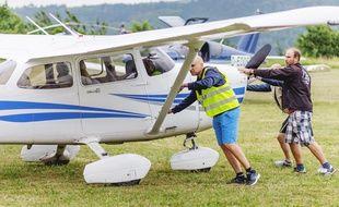 Le pilote et ses passagers se préparent pour le décollage.
