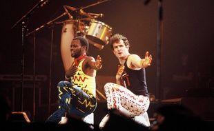 Le chanteur sud-africain Johnny Clegg (à droite) lors d'un concert au Zenith de Paris en 1988 avec son groupe Savuka.