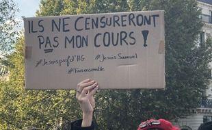 Une pancarte lors de la manifestation en hommage à Samuel Paty, le 18/10/2020.