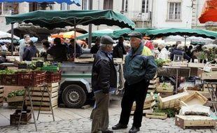 Des habitants de Villeneuve-sur-Lot, ancien fief de Jérôme Cahuzac, se disaient lundi matin dépités par le score du FN, qui a viré en tête dans cette ville lors de la législative partielle de dimanche, sans vouloir cependant faire porter le chapeau à l'ex-ministre du Budget.