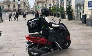 Un livreur travaillant pour Uber Eats place Royale à Nantes.