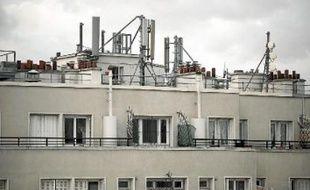 Les antennes-relais, nécessaires aux communications via mobiles, sont placées sur les toits.