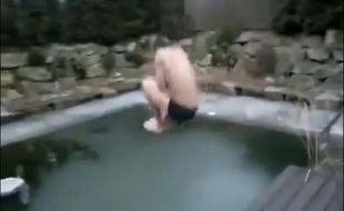 Une tentative (ratée) de saut dans de l'eau gelée.