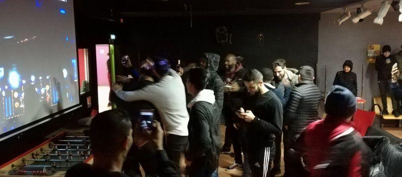 A Cronenbourg, l'effusion de joie des joueurs de l'Olympique Strasbourg au moment du tirage des 32es de Coupe de France qu'ils joueront contre Saint-Etienne.