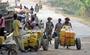 Des vendeurs d'eau dans la rue à Guéckédou, en Guinée, le 1er avril 2014