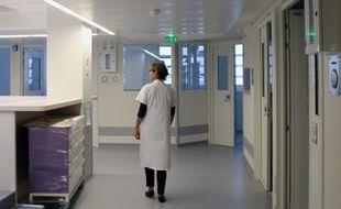 Illustration d'une infirmière dans un couloir d'hôpital.