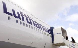 Le premier groupe aérien européen, l'allemand Lufthansa, a annoncé jeudi viser la suppression de 3.500 emplois à temps plein dans ses services administratifs dans les années à venir, afin de mener à bien un plan d'économies draconien.