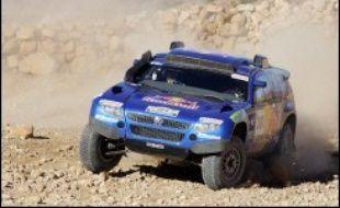 Les Espagnols Isidre Esteve Pujol, à moto, et Carlos Sainz, en voiture, ont pris le commandement du Dakar-2007 après les Portugais qui avaient dominé les deux premières étapes disputées chez eux.