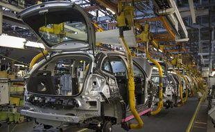 Chaine d'assemblage d'automobiles dans une usine PSA à Aulnay.