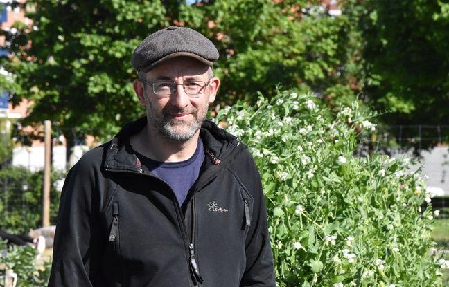 Roberto, a l'initiative de ces vergers collectifs, forme et aide les cultivateurs en herbe, qui participent à hauteur de 50 euros pour que la communauté se dote d'outils pour bécher et cultiver.