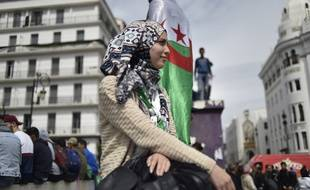 Une manifestante fait une pause à Alger, le 19 mars 2019.