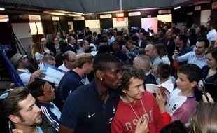 Paul Pogba pose avec des fans à Vincennes, le 27 mai 2016.