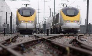 Un Eurostar Londres-Paris avec 530 passagers à bord est tombé en panne dans le tunnel sous la Manche vendredi midi et devrait accuser au moins cinq heures de retard, a-t-on appris auprès d'Eurotunnel et de la SNCF, qui annonce des perturbations pour l'ensemble du trafic transmanche.