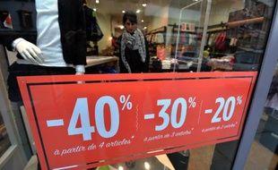 Un panneau indiquant les promotions dans une boutique parisienne le 6 janvier 2015