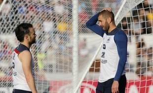 Mathieu Valbuena (à gauche) et Karim Benzema lors d'un entraînement de l'Equipe de France au Brésil, le 10 juin 2014 (illustration).