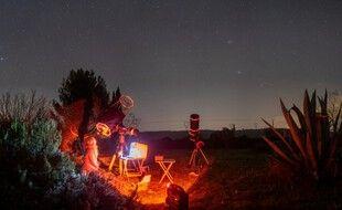 Profitant de la période idéale, deux passionnés d'astronomie observent Mars depuis la fin novembre.