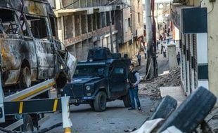 Des policiers turcs en position dans une rue de Silvan après des heurts entre armée turque et rebelles kurdes, le 5 octobre 2015 à Diyarbakir