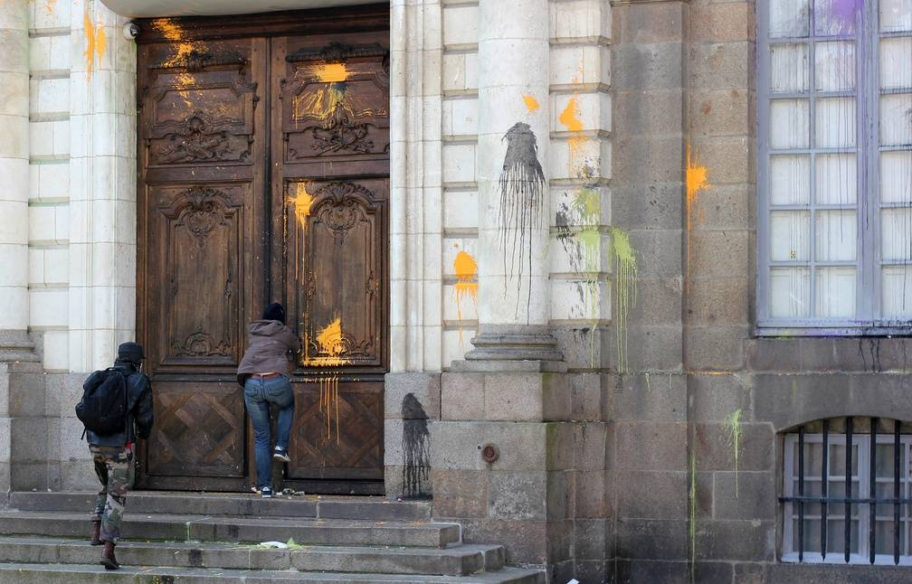 Des manifestants ont tenté de forcer la porte de l'Hôtel de ville, dont la façade a été aspergée de peinture. - C. Allain / APEI / 20 Minutes