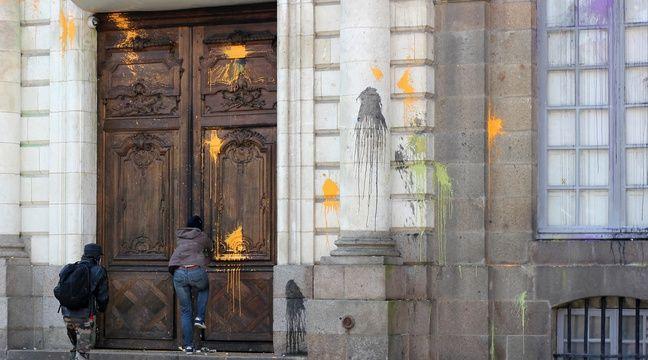 Des manifestants ont tenté de forcer la porte de l'Hôtel de ville, dont la façade a été aspergée de peinture. – C. Allain / APEI / 20 Minutes