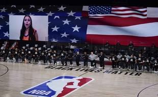 Les joueurs s'agenouillent au moment de l'hymne américain