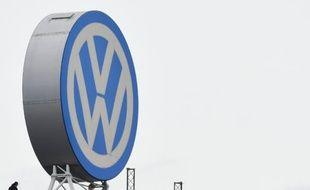 Le logo du constructeur allemand Volkswagen à son siège de Wolfsburg le 9 novembre 2015