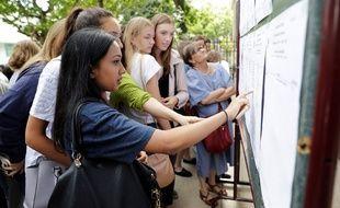 Des jeunes devant les affichages des résultats du bac